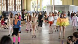 550 – EN PORTADA: Nos colamos en la novena Pasarela Barreira 2021: Cierto/In.cierto, organizada por la Escuela Barreira Arte y Diseño